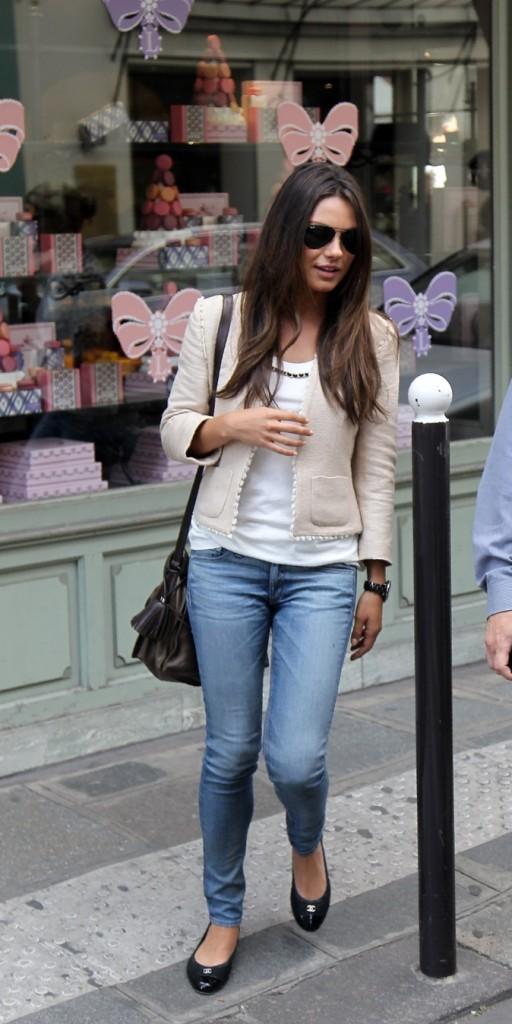 2011: Shopping dans les rues de Paris.
