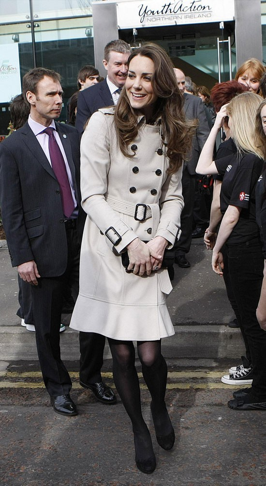 Look de star : le look trench chic de Kate Middleton en mars 2011