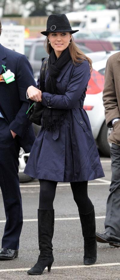 Look de star : le total look bleu marine de Kate Middleton en mars 2008