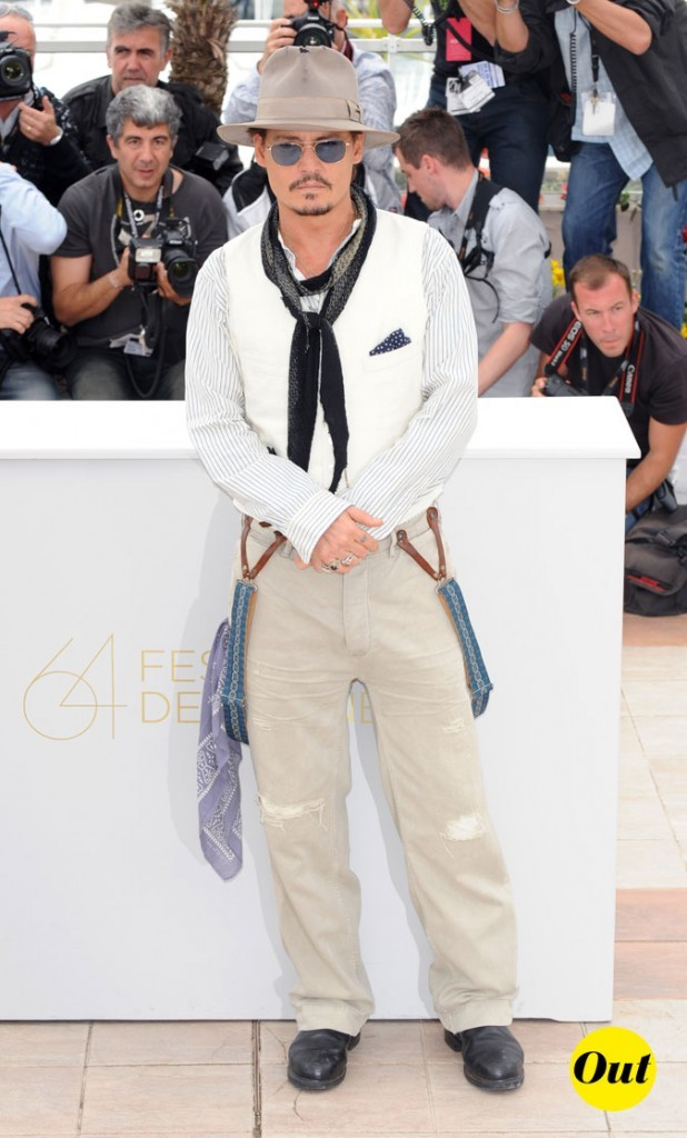 Look de Johnny Depp : chemise, gilet de serveur et pantalons nude en 2011