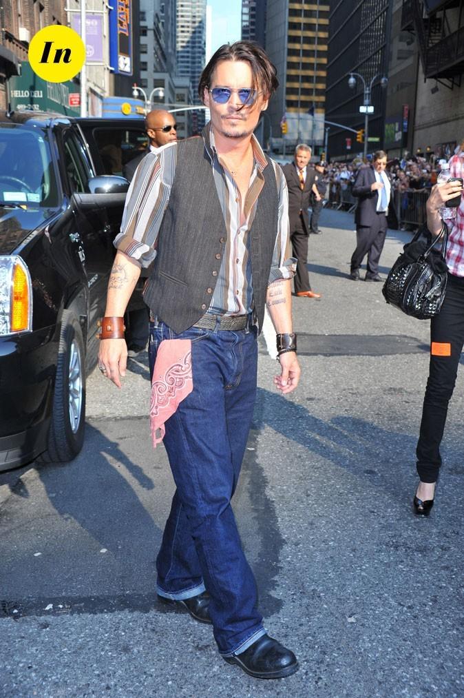 Look de Johnny Depp : chemise relevée, jean grunge et tatouages apparents en 2009