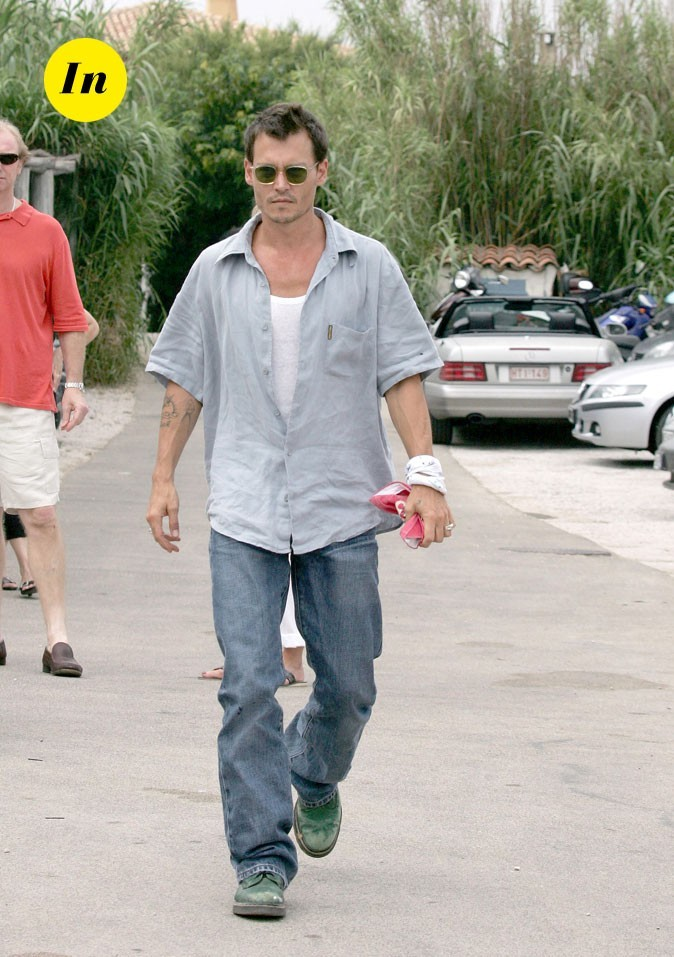 Look de Johnny Depp : chemisette, jean grunge et Doc Martens vertes en 2004