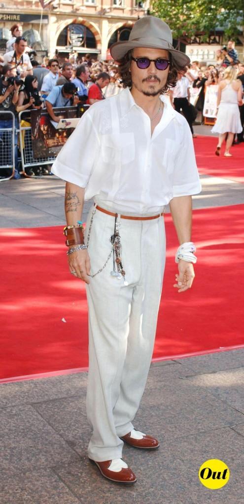 Look de Johnny Depp : chemisette, pantalon crème et breloques en 2006