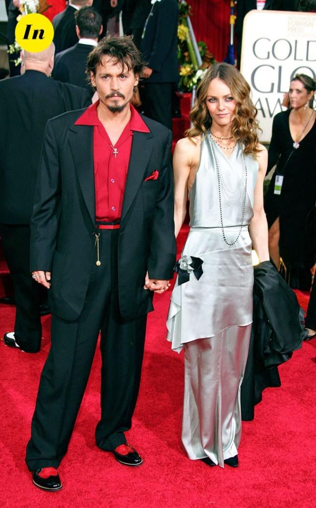 Look de Johnny Depp : costume noir, chemise rouge et pendentif croix en 2006