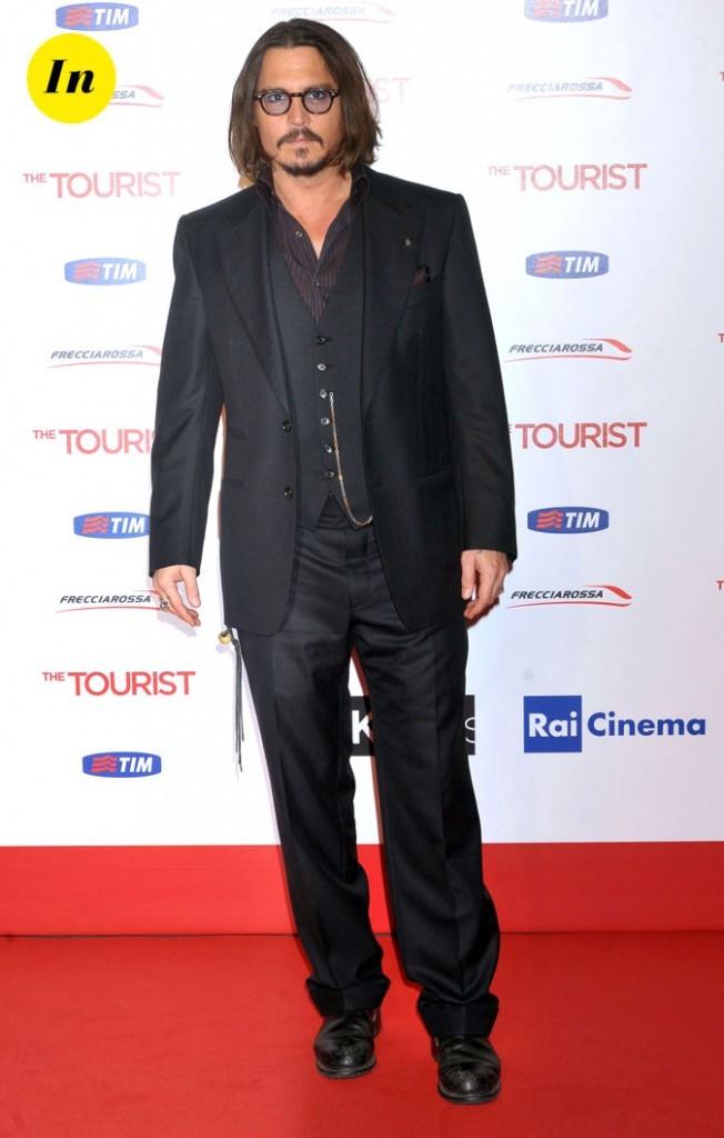 Look de Johnny Depp : costume noir et lunettes rétro en 2010
