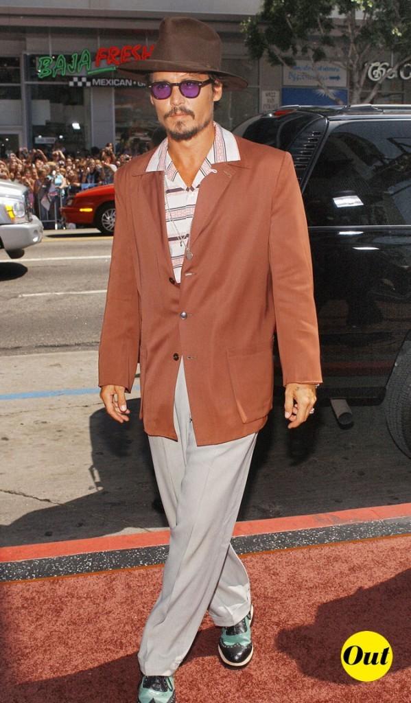 Look de Johnny Depp : veste marron, chemise rayée et chaussures vertes en 2005