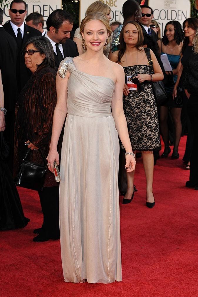 Look de star : la robe longue asymétrique Reem Acra d'Amanda Seyfried