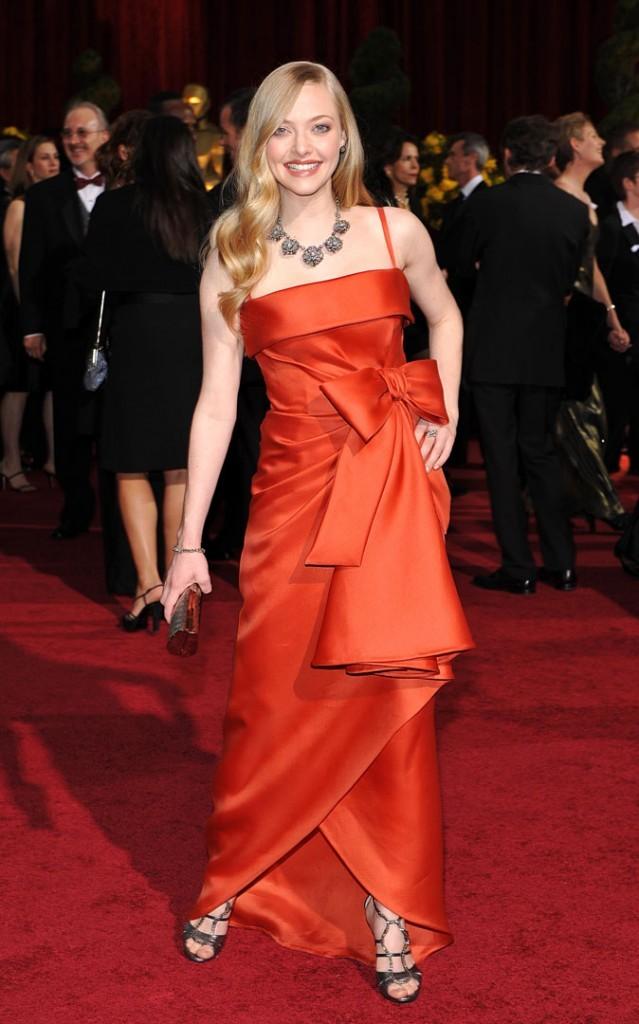 Look de star : la robe longue rouge Valentino d'Amanda Seyfried