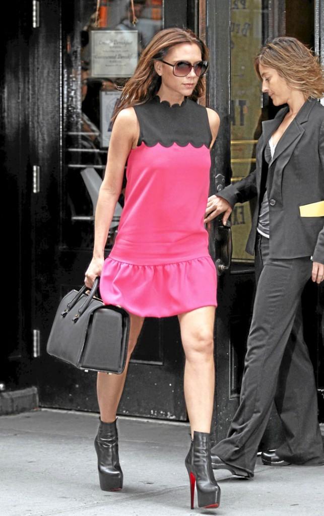 """Victoria Beckham avec son sac de sa propre marque """"Victoria"""""""