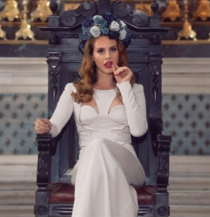 "Dans ""Born to die"", Lana rayonne dans sa robe Antonio Berardi et avec sa couronne de fleurs."