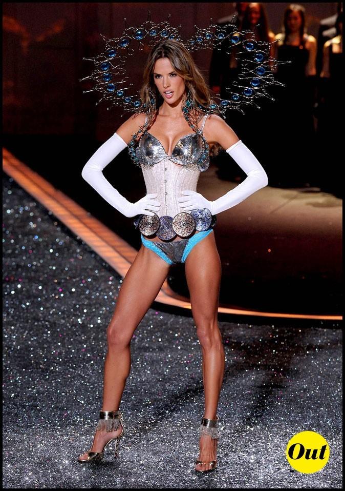 Look d'Alessandra Ambrosio : un soutien-gorge métallique pour Victoria's Secret