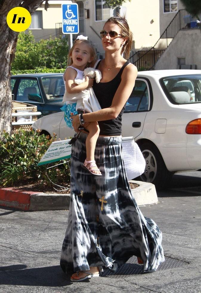 Look d'Alessandra Ambrosio : une jupe longue tie & dye