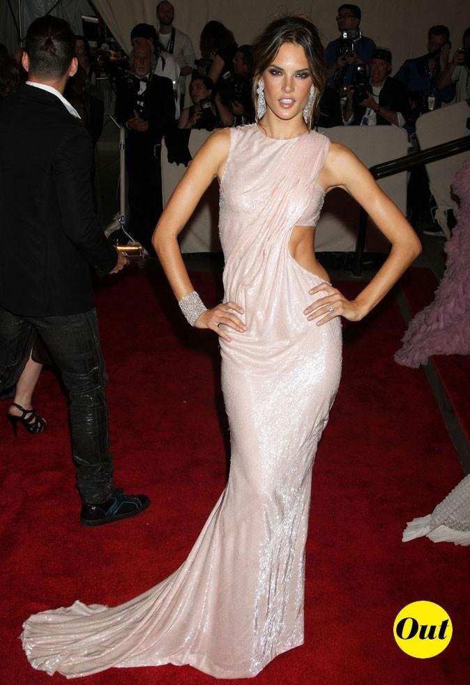 Look d'Alessandra Ambrosio : une robe longue satinée et découpée