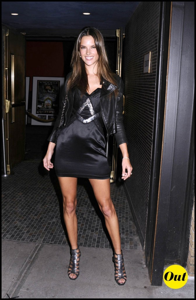 Look d'Alessandra Ambrosio : une robe noire un peu cheap