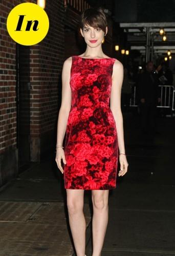 Comme quoi la robe fleurie peut être in ! Et puis le rouge lui va si bien ...