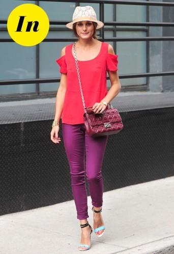 Look estival coloré avec un chapeau blanc effet dentelle, un tee-shirt corail Susan Woo, un pantalon violet, des chaussures Tibi et sa pochette fé...
