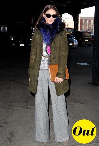 Mais qu'est-ce qu'elle a autour du cou ? Des poils violets ! Ouf c'est ceux de son écharpe !