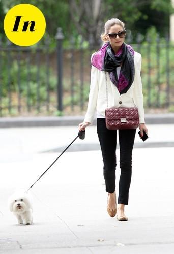 Olivia chic même quand elle promène son chien.