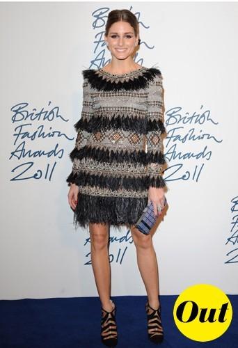 Olivia commet un fashion faux pas avec sa robe Matthew Williamson à franges poilues.