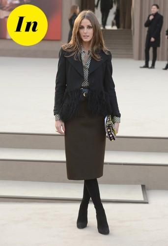 Olivia et sa veste Armani associée à une jupe crayon kaki et une pochette Fendi.