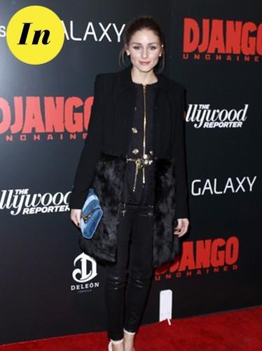 Olivia porte un manteau Felder Felder et pochette bleue Dior.