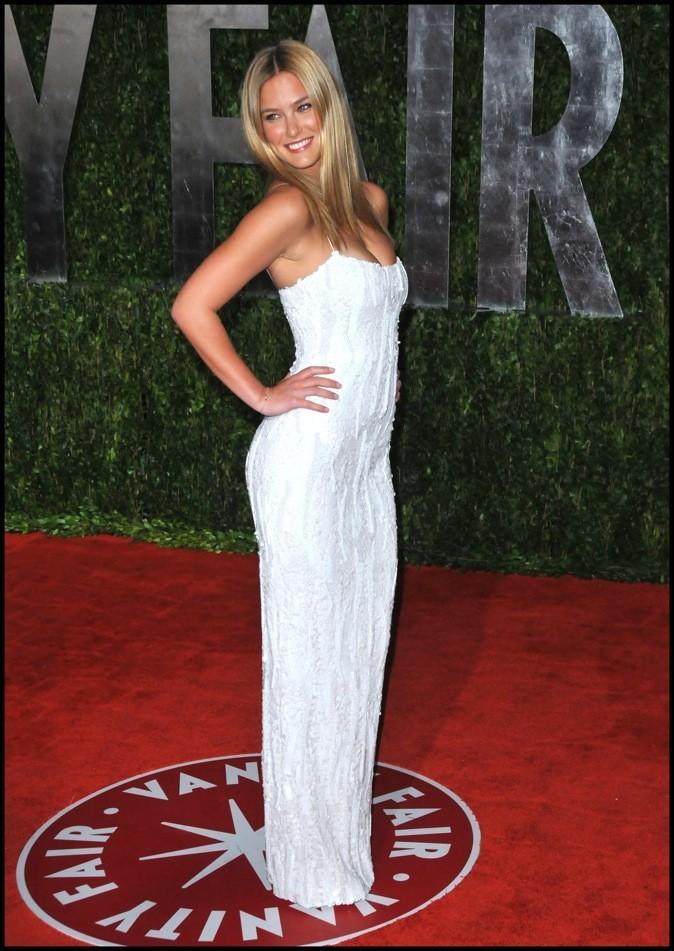 Longue robe fourreau blanche, rebrodée de sequins ton sur ton. L'élégance brute!