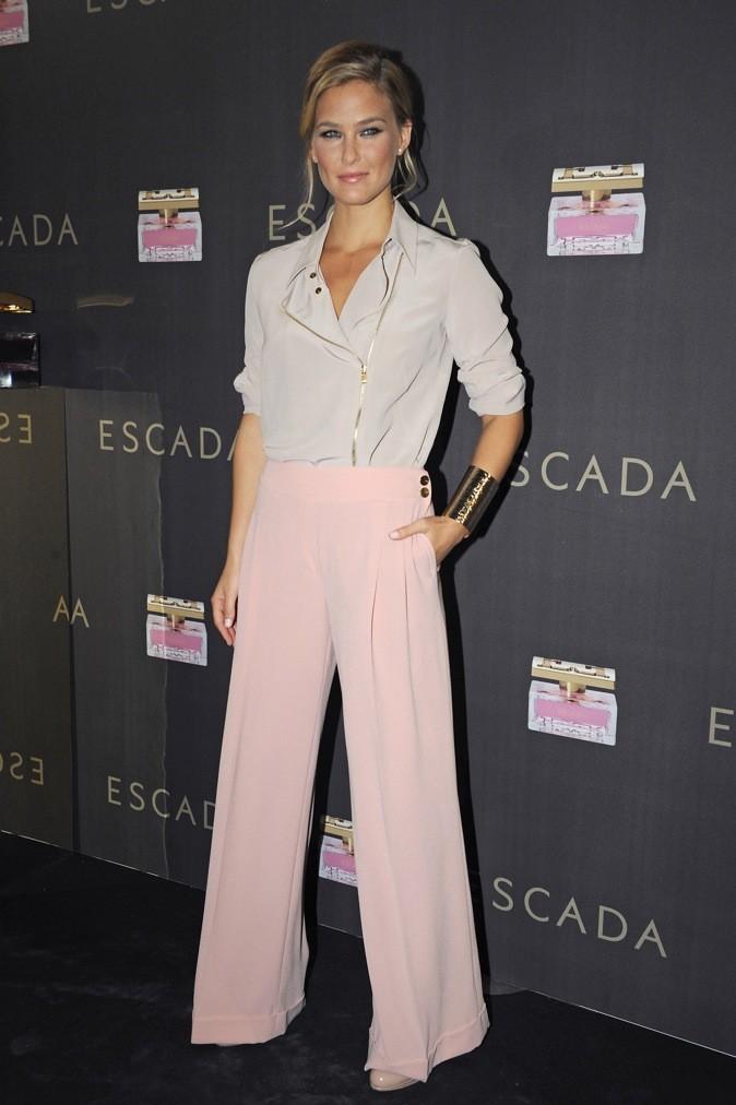 Une Bar tendance, en couleurs pastelles. Mention spéciale pour sa blouse en soie façon perfecto.
