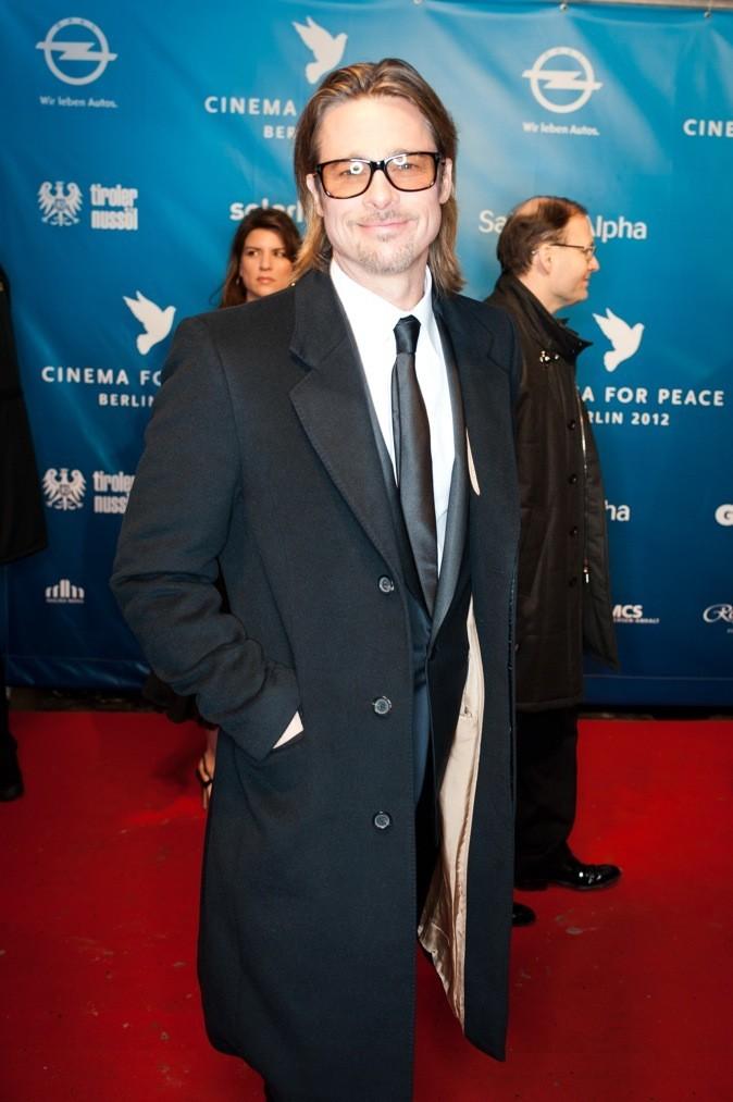 Même si les lunettes détonnent avec tout le reste, on lui pardonne car Brad est un éternel beau gosse!