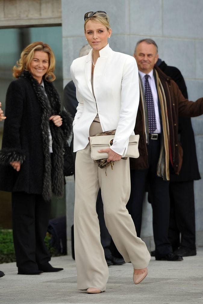 Charlene Wittstock :  un tailleur pantalon sable et veste blanche Akris en mars 2011