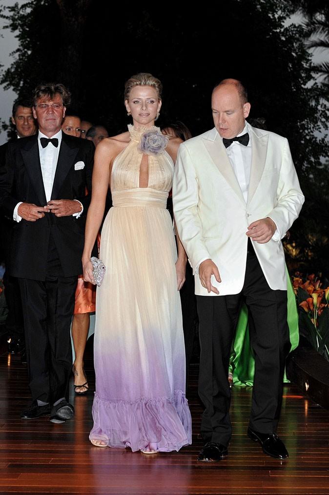 Charlene Wittstock :  une robe longue dégradé violet et dos nu en août 2008
