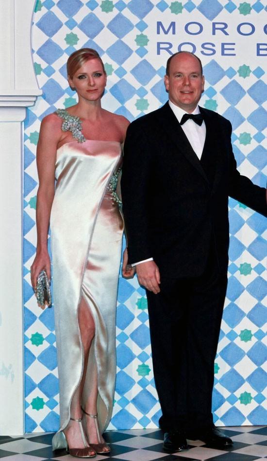 Charlene Wittstock :  une robe longue satinée et asymétrique en mars 2010 au Bal de la Rose