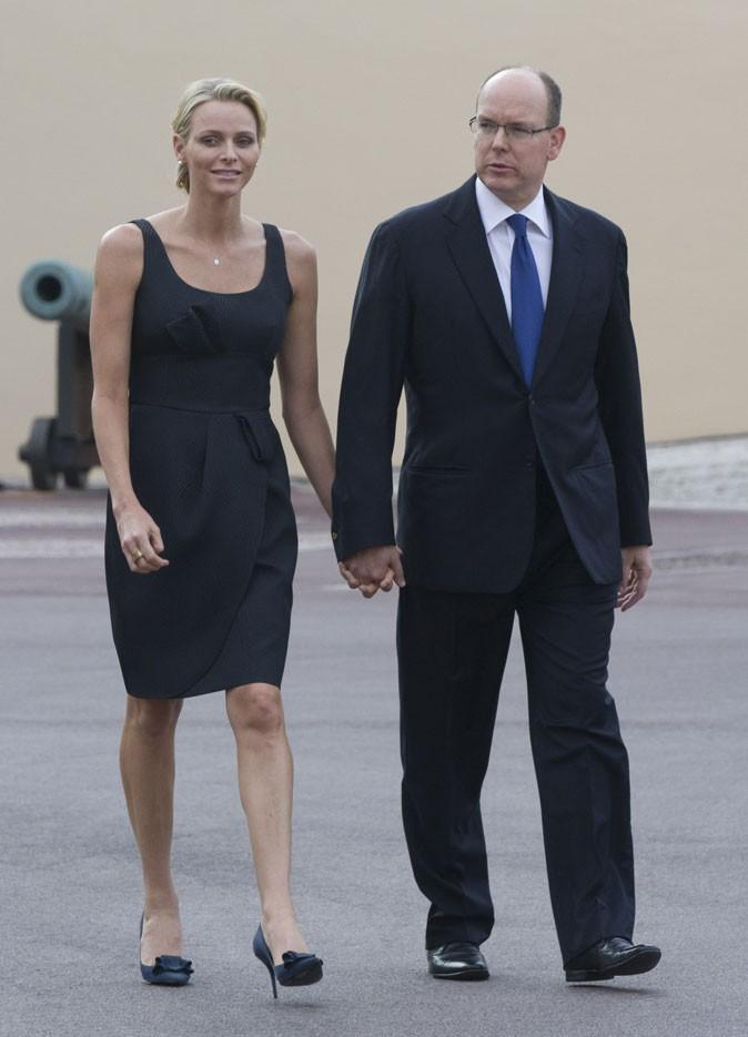 Charlene Wittstock :  une robe noire basique et escarpins fleuris en juin 2011