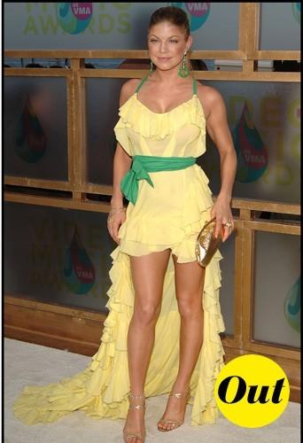 En robe jaune et jolie