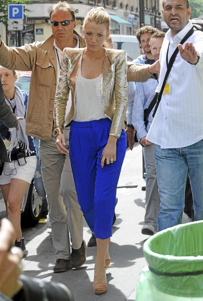 La veste lamée et le chino bleu de Serena van der Woodsen !