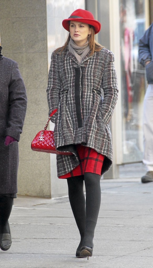 Le look carreaux gris et rouge de Blair Waldorf !
