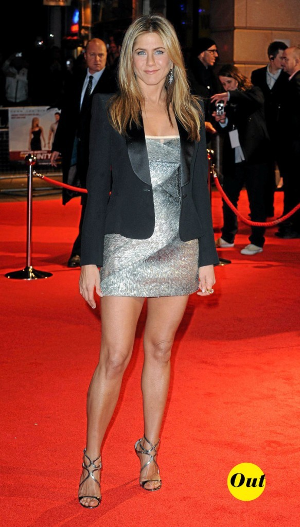 La mini-robe argentée de Jennifer Aniston en Mars 2010 !