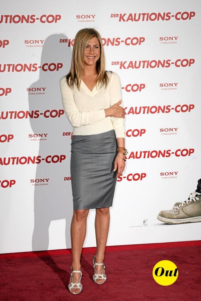 Le pull col V et la jupe crayon de Jennifer Aniston en Mars 2010 !