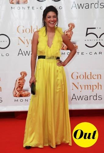 En robe jaune poussin