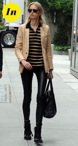 Elle vole le polo de son fiancé, qu'elle porte avec une veste cintrée, un slim en cuir et des baskets compensées, bonne idée!
