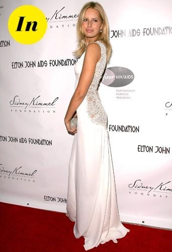 Une incroyable robe blanche au décolleté impressionnant