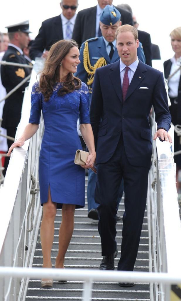 Kate Middleton le 3 juillet 2011 au Canada : une robe bleue Erdem et une pochette nude LK Bennett