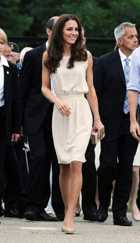 """Kate Middleton le 3 juillet 2011 au Canada : une robe crème """"Vanessa"""" signée Joseph"""