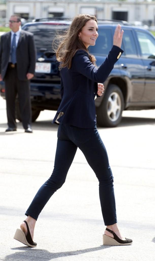 Kate Middleton le 5 juillet 2011 au Canada : accro à ses compensées noires !