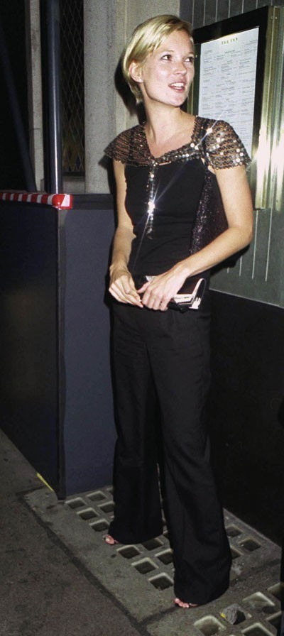 Looks de Kate Moss : pantalon noir et sequins en juillet 2000