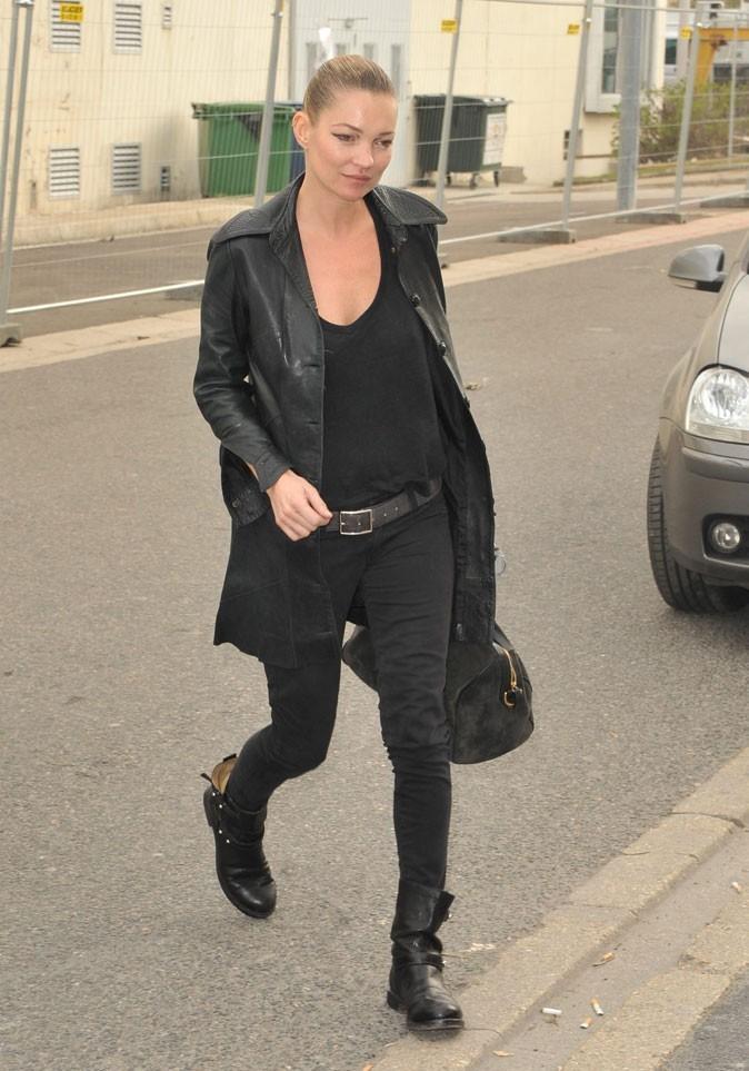 Looks de Kate Moss : slim noir, veste en cuir et bottes rock en 9 mars 2011