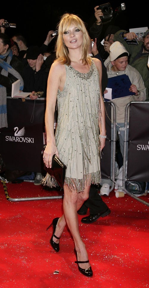 Looks de Kate Moss : une robe à franges et babies à talons en octobre 2007