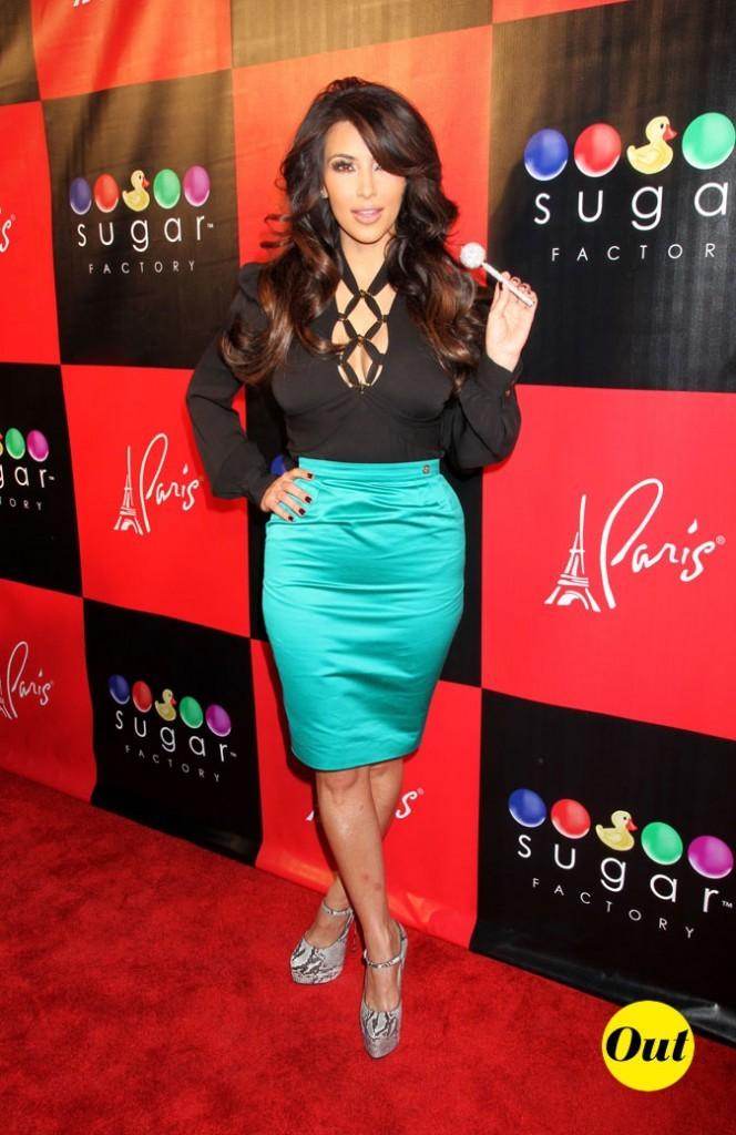 Look de Kim Kardashian : une jupe turquoise en 2011