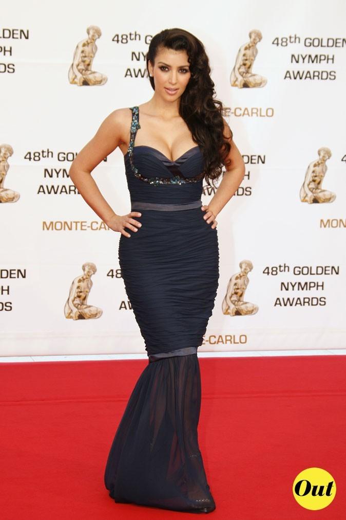 Look de Kim Kardashian : une robe longue fourreau noire en 2008