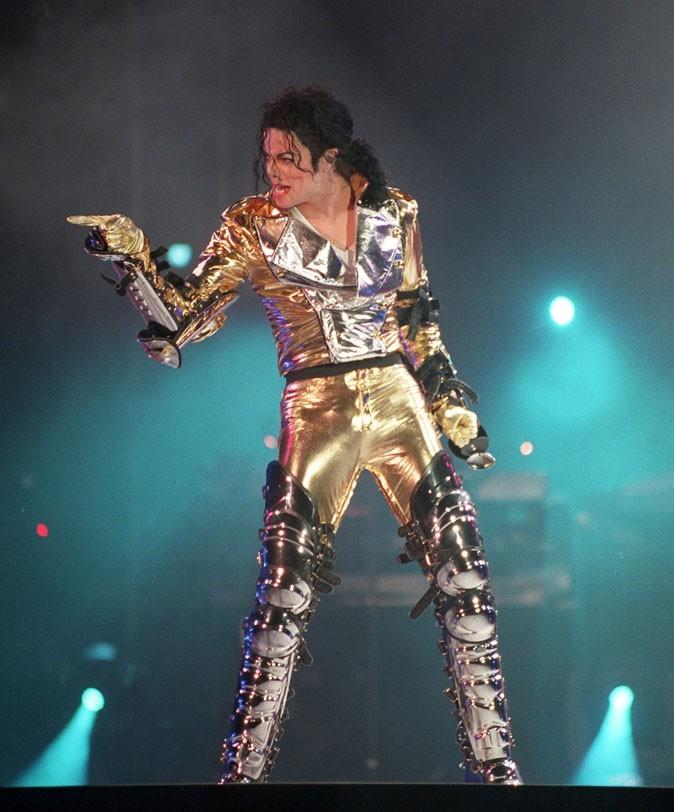 Look de Michael Jackson : combinaison futuriste en septembre 1996