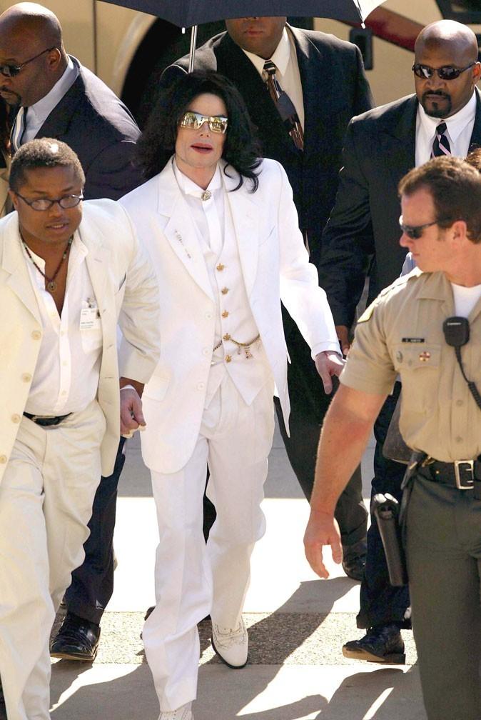 Look de Michael Jackson : costume blanc en août 2004 pour son procès